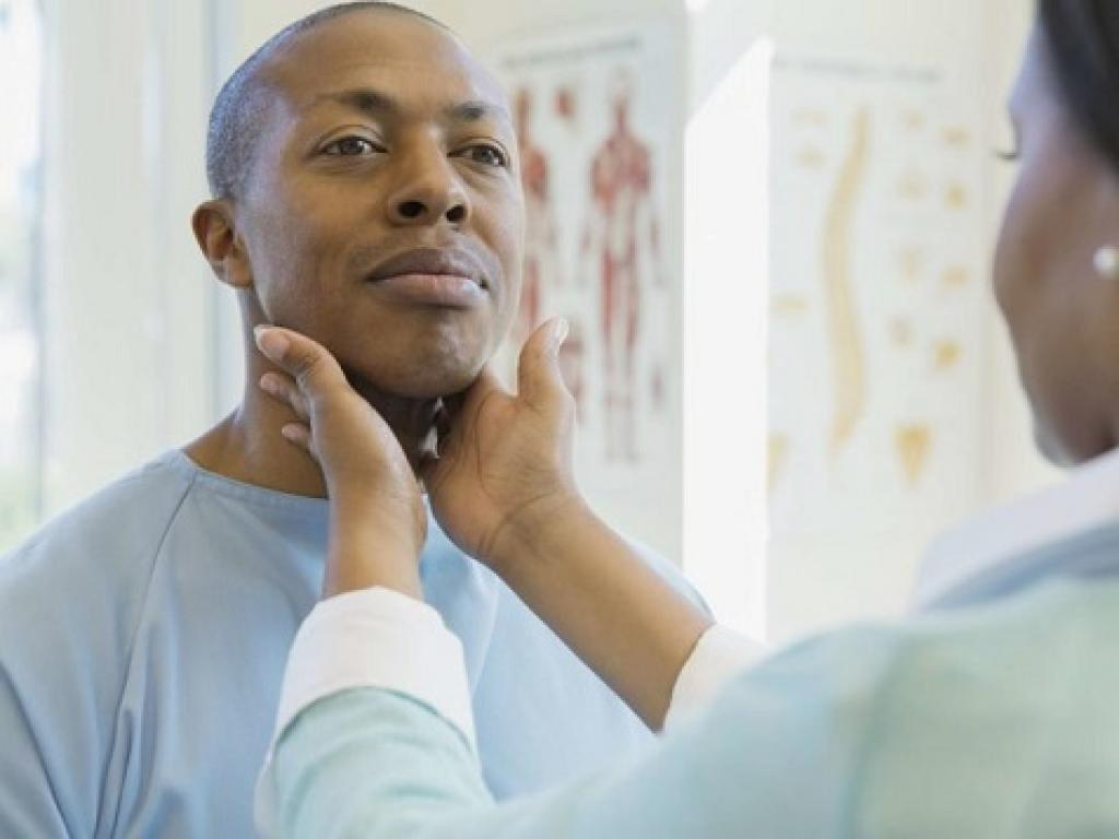 Doctor examining a patient's neck for thyroid nodules